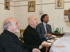 Don Gabriele Amorth (en el centro) con el padre Salvador Hernández y José María Zavala, en la sala donde se hacen los exorcismos en Roma.
