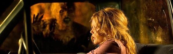 El demonio se ceba con la niña protagonista de la película.