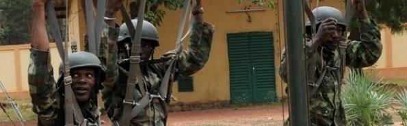 Soldados africanos se entrenan como paracaidistas - así fue como Omar conoció el cristianismo