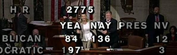 Las cámaras del Congreso estaban filmando la votación, con congresistas en pasillos, cuando Dianne tomó el micro