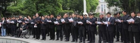 Un grupo de sacerdotes y seglares reza ante la tumba de Xu Guangqi, en Sanghái