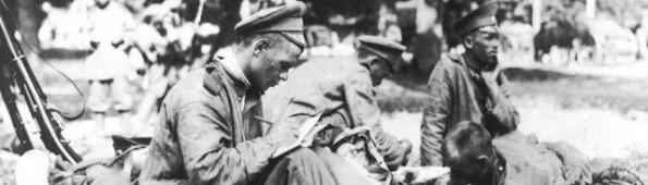 Un joven soldado ruso escribe durante la guerra