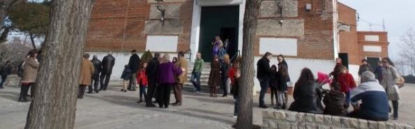 Parroquianos de San Millán, en Moraleja de Enmedio, a la salida de una misa de domingo