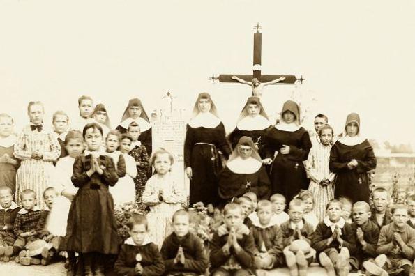 Adele Brise con sus alumnos y las hermanas que adoptaron su misión
