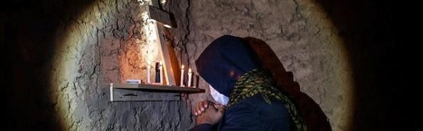 Rezando a escondidas, Josef mantiene la fe en Jesucristo.