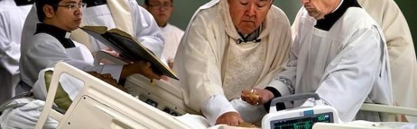 Momento en el que monseñor Choby convierte en sacerdote a William Carmona.