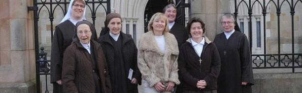 La ya ex-periodista Martina Purdy con las Hermanas de la Adoración y Reparación cuando iban a misa a la catedral
