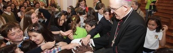 El arzobispo Osoro triunfa entre los pequeños feligreses con la ayuda de unas galletas