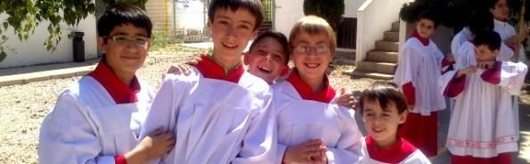 Todo el mundo mira a los monaguillos - con su presencia y actos rituales bien hechos acercan al pueblo a Dios y a la liturgia