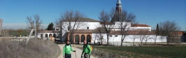 Peregrinos se acercan al convento de la llamada Santa Juana de Sagras, aunque por ahora no está aún ni beatificada, pero devotos no le faltan