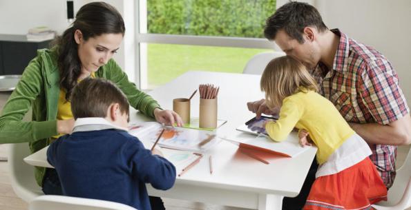 En ocasiones, los deberes afectan no sólo a los más pequeños, sino que condicionan los horarios de los adultos.
