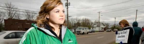 Abby Johnson en oración ante una clínica abortista en EEUU - antes ella estaba dentro, y veía a los activistas rezar ante su vall