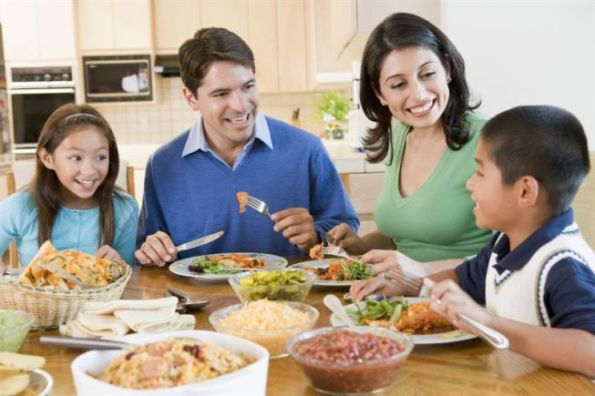 familia-comiendo-juntos