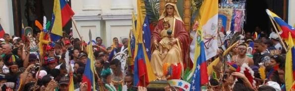 503_una_procesion_en_venezuela_con_la_imagen_de_su_patrona__la_virgen_de_coromoto