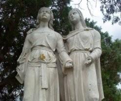 Escultura de las santas en Mas-Saintes-Puelles.