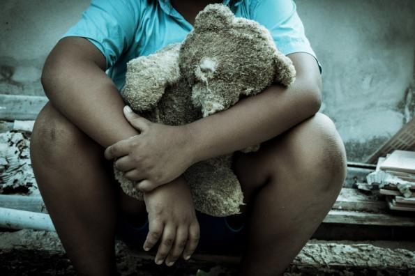 web-child-sad-teddy-bear-shutterstock_406436800-pikul-noorod-ai
