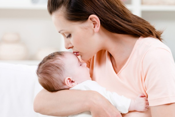web-baby-mother-kiss-shutterstock_53886982-valua-vitaly-ai