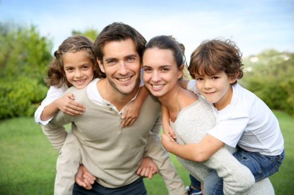 web-family-joy-happy-c3a1rents-children-shutterstock_160939997-goodluz-ai