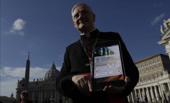 arzobispo-leo-cushley-sostiene-cartel-futura-catholic-app-plaza-san-pedro-del-vaticano-1480087663183-710x434