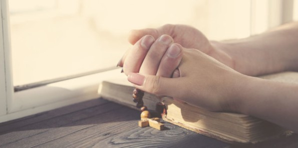 web3-couple-hands-praying-rosary-shutterstock_423746332-tiko-aramyan-ai